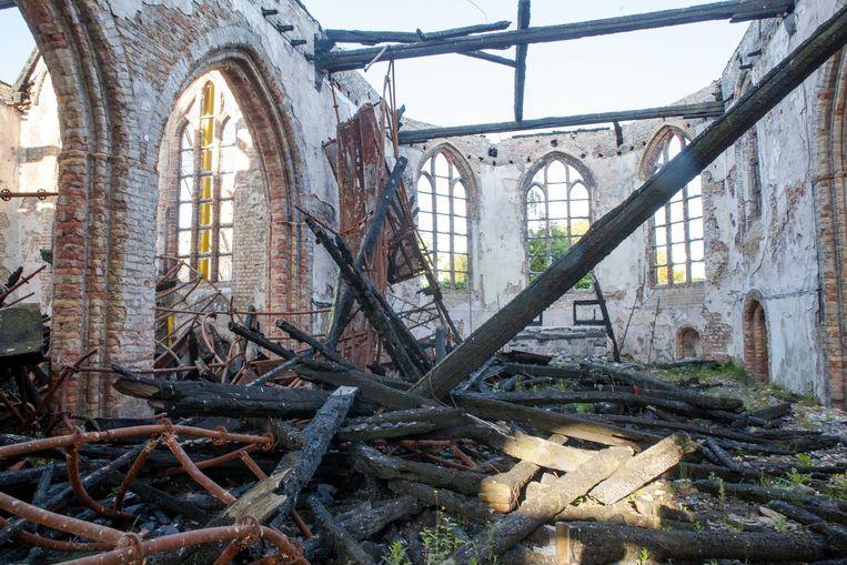 Binnenin de Sint-Niklaaskerk ligt het momenteel vol verkoolde balken en afgebrokkelde muren.