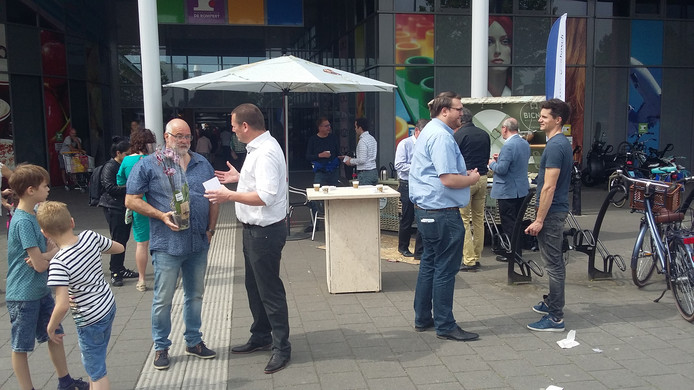 Onderhandelaars uit de Bossche politiek in gesprek met inwoners bij winkelcentrum De Rompert.
