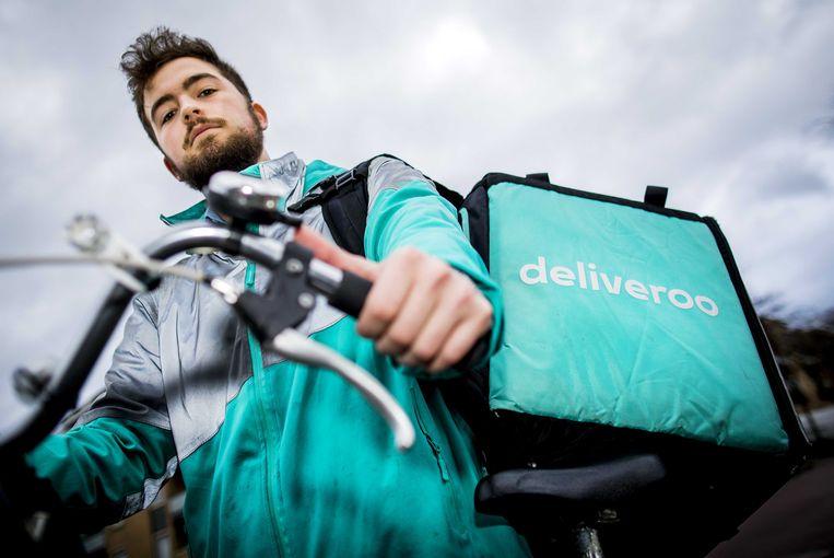 Maaltijdbezorger Sytze Ferwerda klaagt zijn werkgever Deliveroo aan. Deliveroo wil vanaf 1 februari alleen nog met zelfstandige bezorgers werken, niet meer met vaste contracten. Ferwerda wil echter gewoon in loondienst blijven.  Beeld ANP