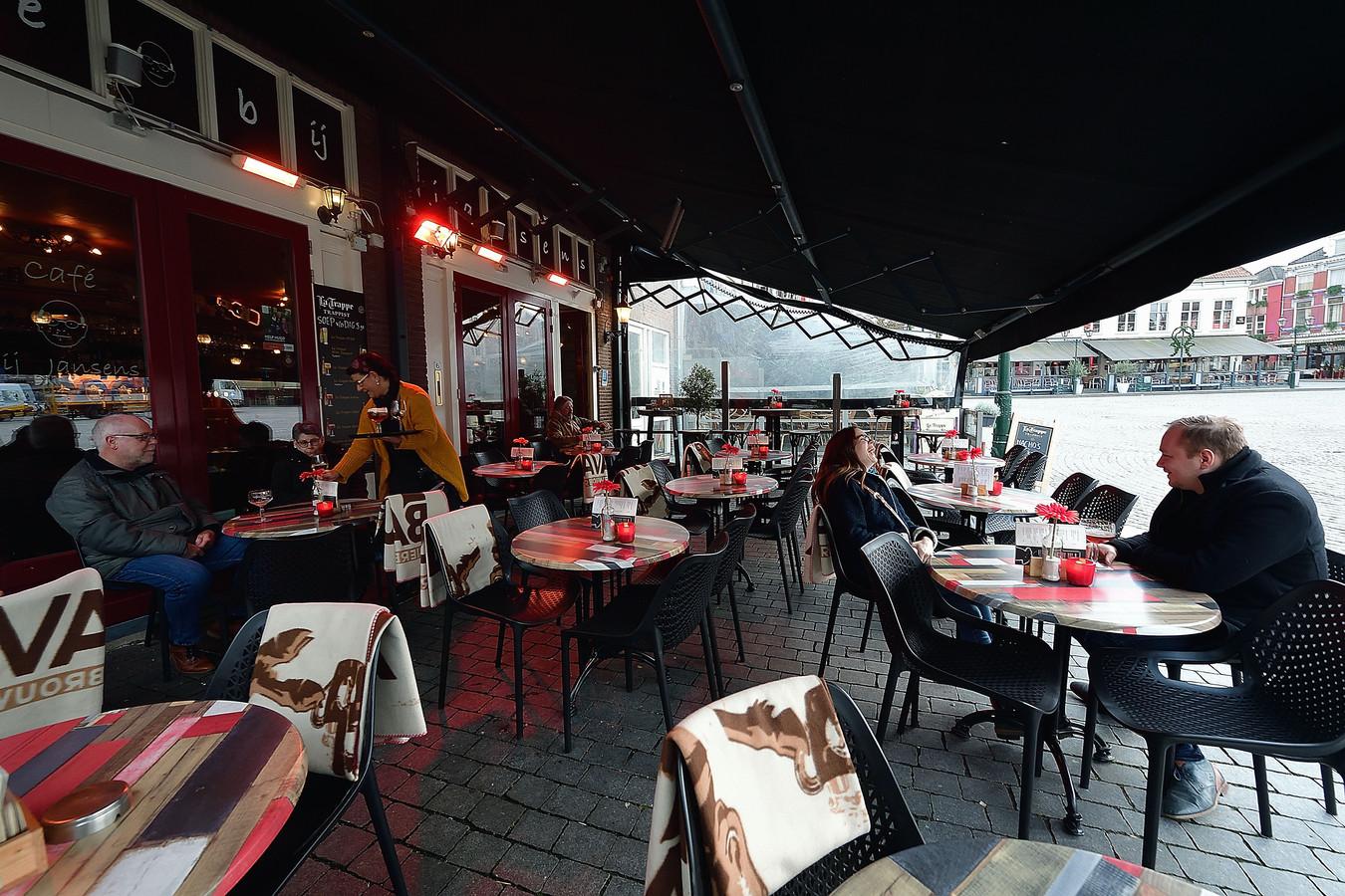 Het terras van Bij Jansens op een winterse januaridag, met overkapping en warmtelampen.