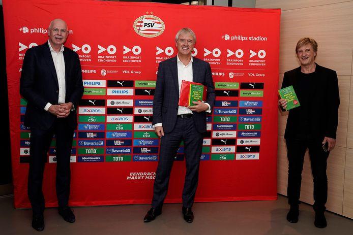 Toon Gerbrands (PSV), Peter Wennink (ASML) en Wim Kieft met het nieuwe boek van Gerbrands: 'Soms is alles wel eens waar'.