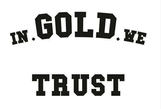 Niet alleen de tekst, maar ook het lettertype van de truien leek op dat van In Gold We Trust.