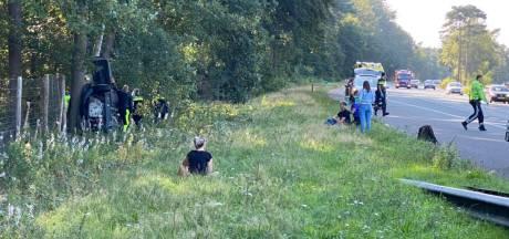 Auto knalt tegen boom naast de A28 op de Veluwe, meerdere inzittenden gewond