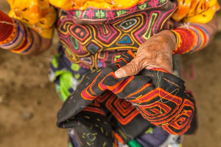 De Guna's zijn wereldwijd gekend voor hun kleurrijkje 'molas', traditioneel geborduurde kledij.