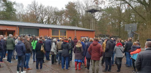 De verkenners van de scoutsgroep waren op weekend in De Hoge Rielen in de buurt van Turnhout. De wachtende ouders krijgen uitleg.