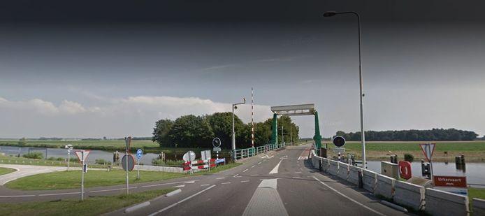 De Tollebekerbrug bij Tollebeek ziet er voorlopig zo uit: leeg. De brug is namelijk afgesloten.