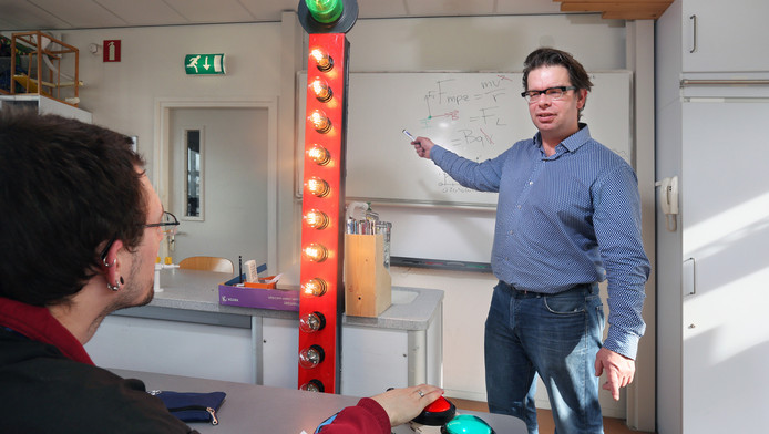 Leraar Arjan van der Meij introduceert de swagometer in de klas.
