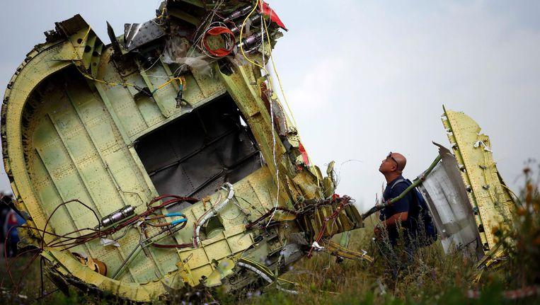 Een onderzoeker inspecteert het wrak van het verongelukte vliegtuig van Malaysia Airlines. Er is 23 miljoen euro uitgeloofd aan tipgevers die meer kunnen vertellen over de aanstichters van de ramp. Beeld REUTERS