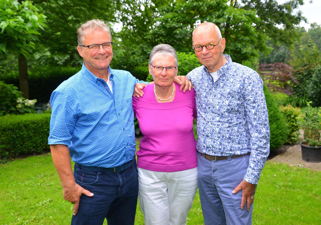 Willem-Jan van der Sanden (links) en Jan Konings met in hun midden mantelzorg Matty uit Deurne.