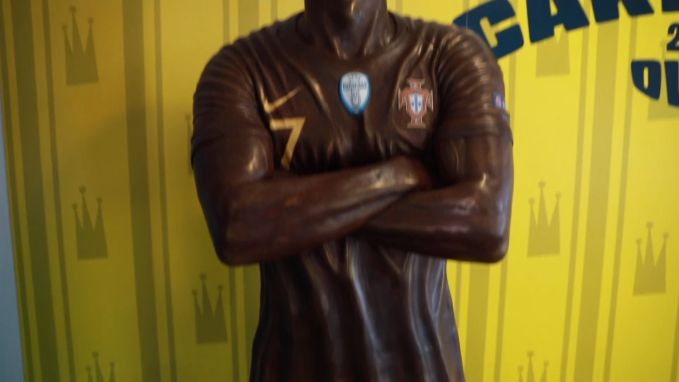 Chocolatier maakt chocoladebeeld van Cristiano Ronaldo