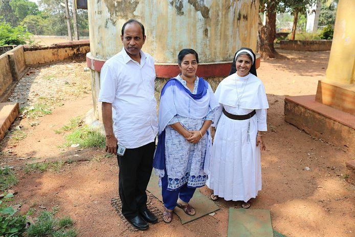 Pastor Thomas met de directie van een van de betrokken scholen in de Indiase deelstaat Kerala.