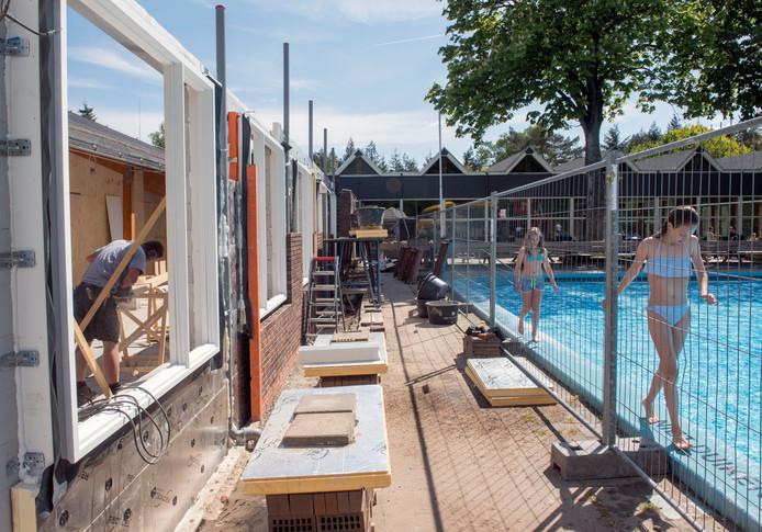 Hoewel het Bosbad in Putten wordt verbouwd, kunnen zwemmers er wel terecht.