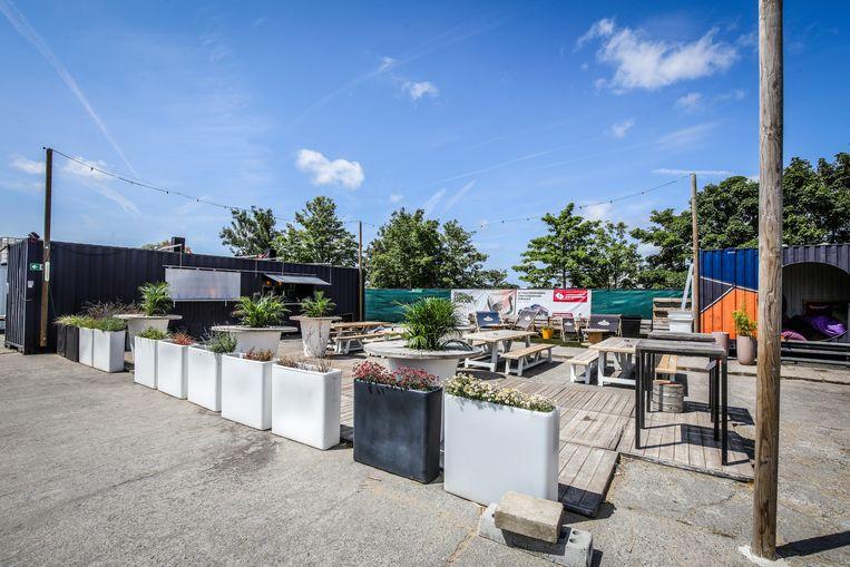 Brugge dok 54 neemt maatregelen om terug open te kunnen gaan: het tentzeil die tussen de vier palen hing, moest verwijderd worden