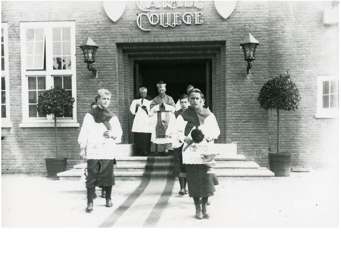 De Osse missiebisschop Mgr. Constant Jurgens zegent het Carmelcollege in (1928)