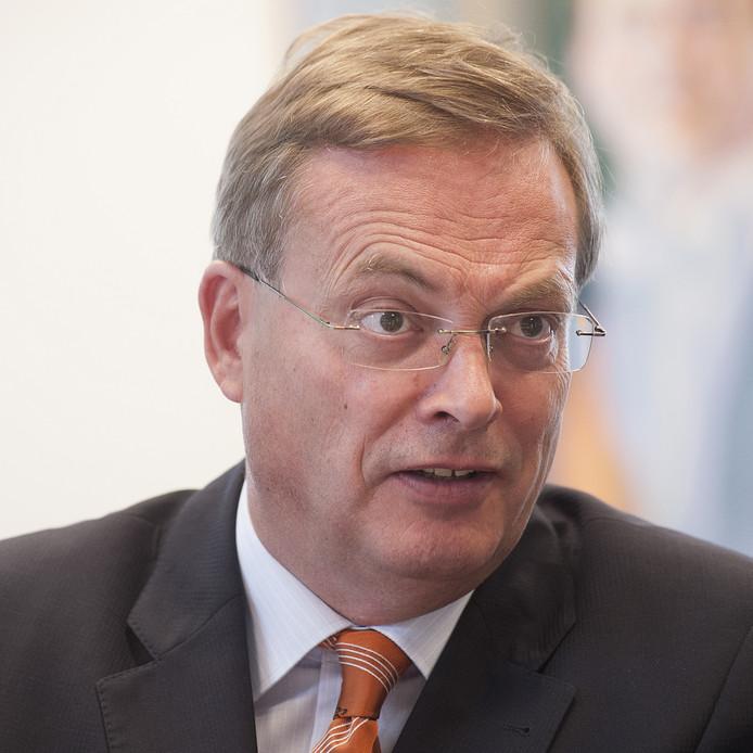 Burgemeester Stefan Huisman tijdens interview over brand bij bedrijf ELD.