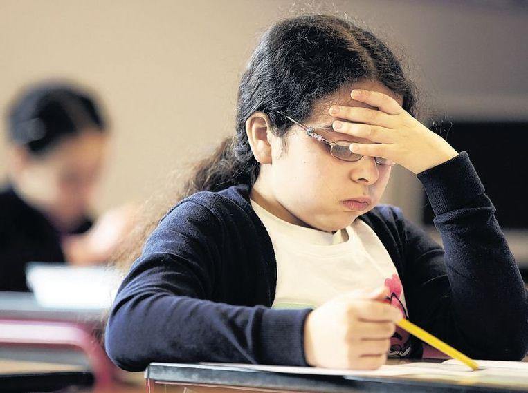 Een leerling van de Prinses Marijkeschool in Den Haag buigt zich over de Cito-toets. Beeld anp