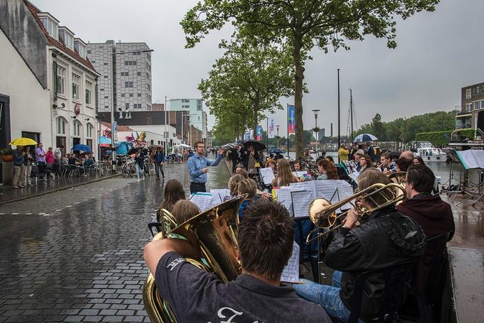 Bezoekers bleven in mei diep weggedoken onder paraplu's.