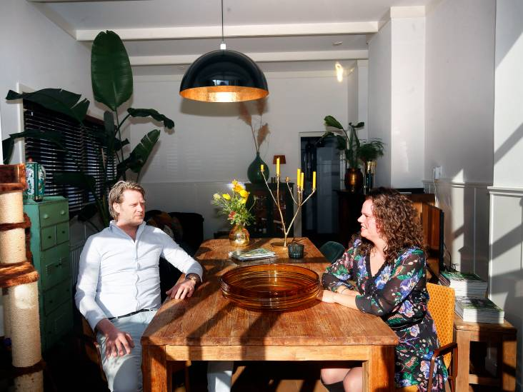 Monica en Emile koken in een keuken uit 1938: 'Een van de laatste originele Piet Zwart keukens'