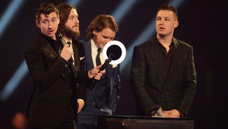De Arctic Monkeys accepteren een van de toegekende BRIT Awards. Beeld getty