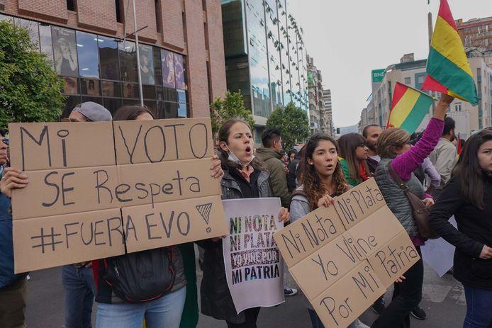 Demonstranten betogen tegen Morales met teksten als 'Respecteer mijn stem, weg Evo!'