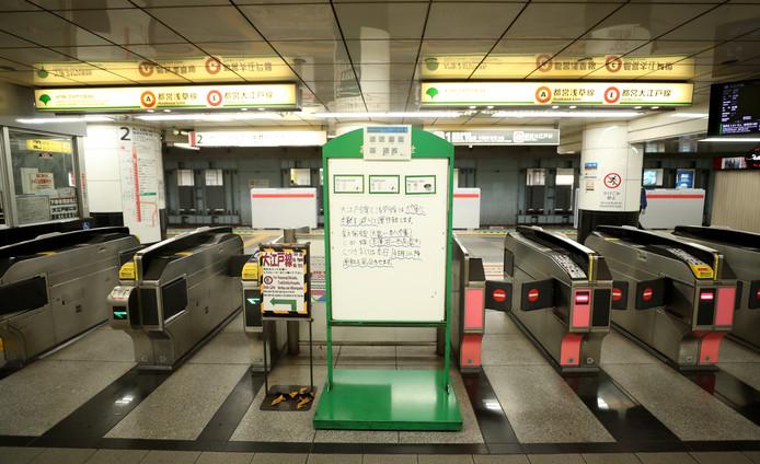 Tokio lijkt op een spookstad. De anders zo drukke metrostations liggen er verlaten bij.