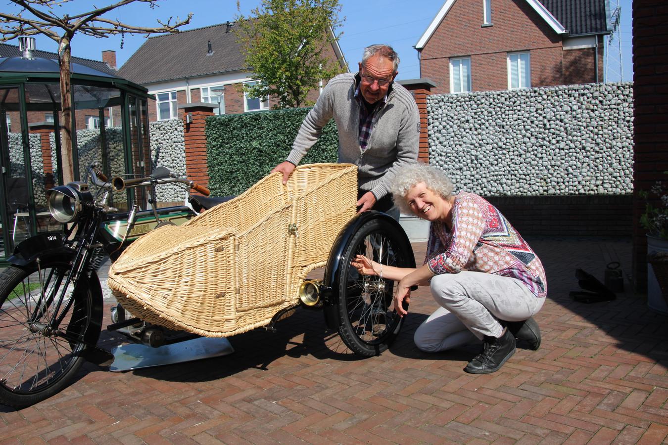 Hans van der Linden en Anita van Kraaij bekijken hun werk. Op de Ariel, een Engelse motor uit 1914 hangt links het zijspan.