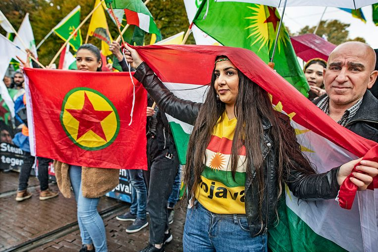 Koerden demonstreren in Den Haag tegen het Turkse offensief in Noord-Syrië.  Beeld Guus Dubbelman / de Volkskrant
