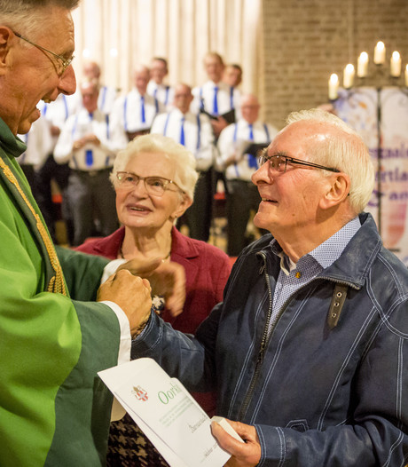 Willibrordplaquette voor Oldenzaalse kerkvrijwilliger Ben te Brake