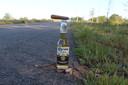 De keerpunten worden gemarkeerd door de beloning voor na afloop van de 42 kilometer en 195 meter: een flesje Corona-bier.