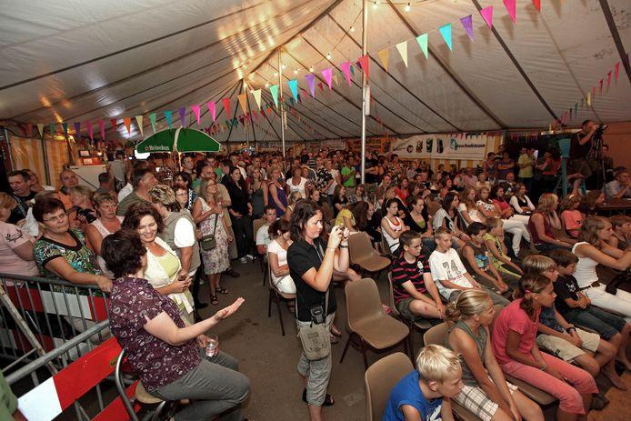Volle feesttent bij de Dorpsfeesten in Moerstraten. Archieffoto Chris van Klinken