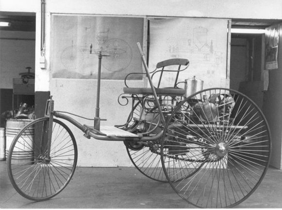De Benz-replica in 1985. Naar verluidt zou de stapel werktekeningen en plannen - die ter beschikking gesteld werden door het Daimler-Benz Museum in Stuttgart, waar de originele driewieler staat - alles samen goed geweest zijn voor drie kilo papier.