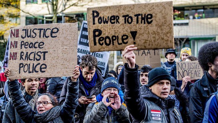 Aanhangers van verschillende organisaties afgelopen zaterdag in Den Haag bijeen voor hun protest tegen politiegeweld Beeld anp