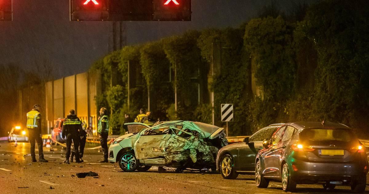 Vrouw komt om het leven bij groot ongeval op A2 bij Nieuwegein, snelweg richting Utrecht uren dicht geweest.