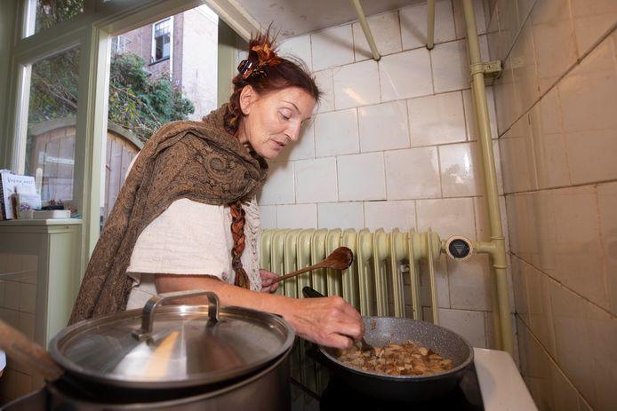 Mieke Vollenbroek kookt veganistisch voor haar buurvrouw.