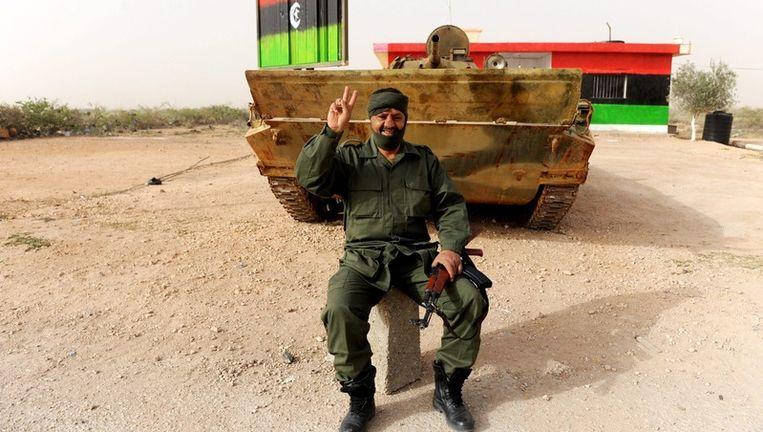Een opstandeling bewaakt een tank in Tobruk. Beeld epa