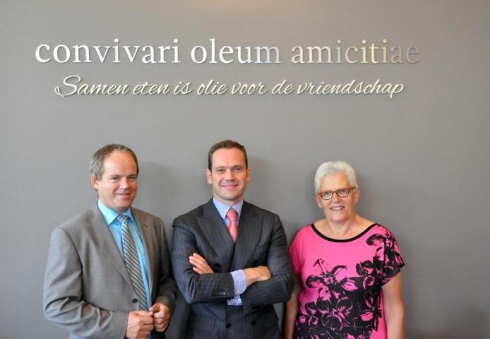Locatiemanager Leo Mesch, wethouder Sjoerd Potters en lid cliëntenraad Joke Hommel (vlnr) bij de opening van restaurant Gouden Fazant in zorgcentrum Elzenhoven in Sprang-Capelle.