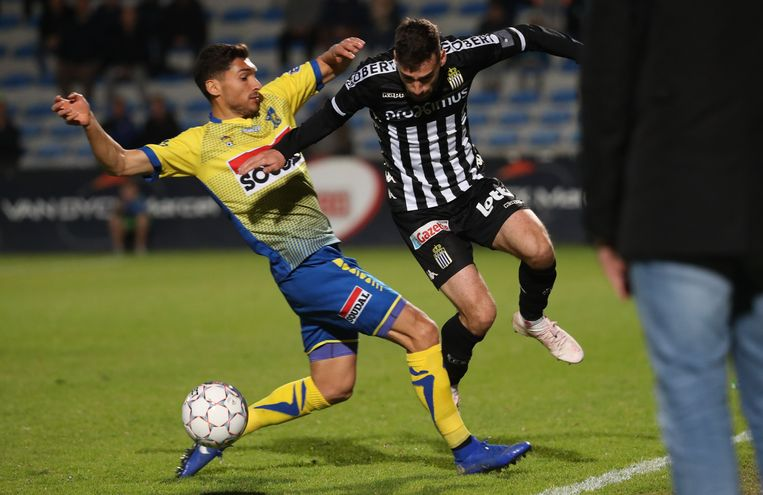 Fabien Antunes (links) in een duel met Westerlo tegen Charleroi.