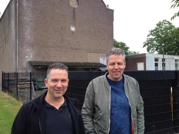 Arie van den Brand (links) en Peter Sanders met op de achtergrond het City Theater in Schijndel.