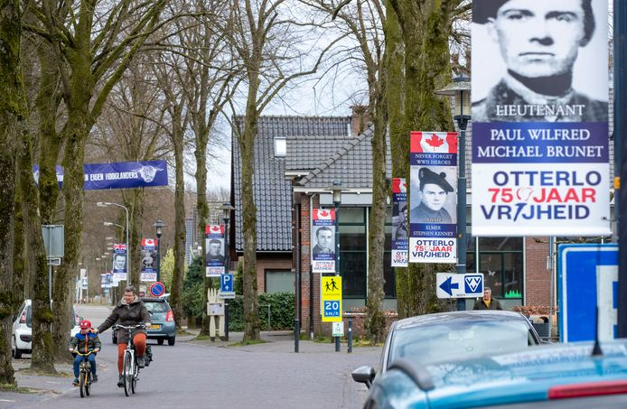 Banieren met Otterlo 75 jaar vrijheid hangen in de Dorpsstraat.