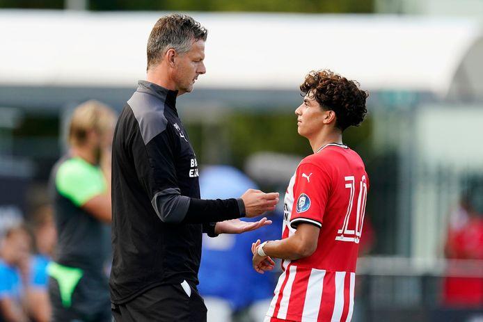 Trainer Peter Uneken van Jong PSV en aanvaller/middenvelder Richie Ledezma.