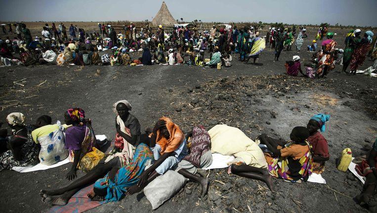 Zuid-Soedanese mensen wachten op een voedselbedeling van het Rode Kruis.
