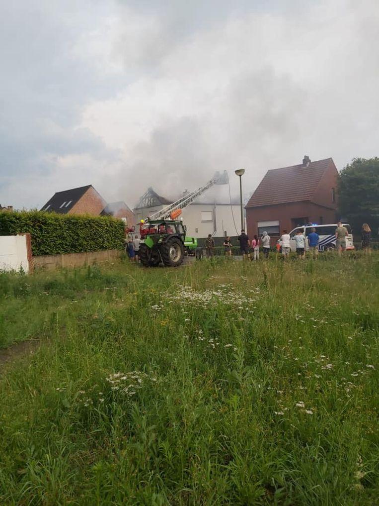 Het dak van de woning vatte vuur met een grote rookwolk tot gevolg.