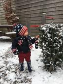 Henk van den Brinks 1-jarige zoontje maakt voor het eerst kennis met sneeuw in Barneveld.<br /><br />