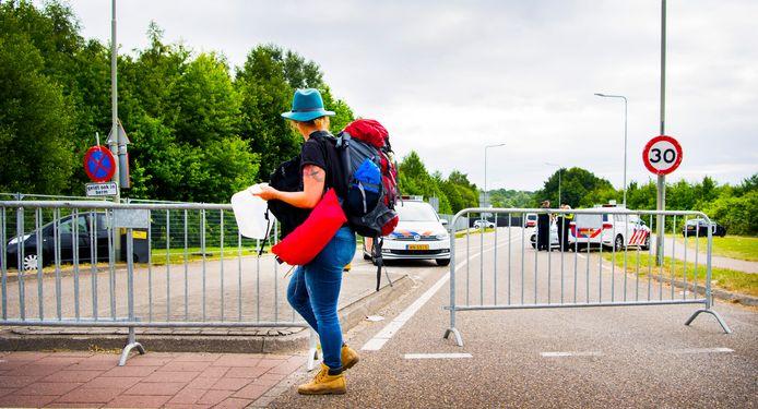 Een bezoeker verlaat het terrein na een aanrijding tussen een bestelbusje en een groep festivalgangers in Landgraaf.