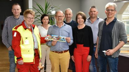 Schepencollege koopt eerste stickers van Rode Kruis
