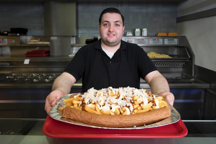 Eigenaar Taha Nurlu met zijn Super Katamaran een onsmakelijk grote portie friet met frikandel.