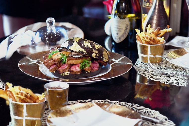 De hamburger wordt geserveerd met gouden frietjes en een fles Dom Perignon uit 2006.
