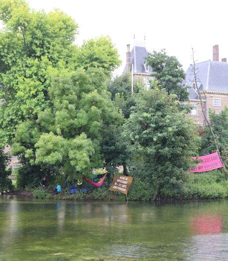 Vier klimaatactivisten van Extinction Rebellion aangehouden op eilandje in Hofvijver