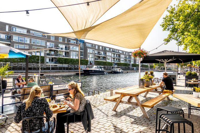 """Een tweede havenarm in plaats van residentie Piushaven? ,,Gaandeweg ben ik ervan overtuigd dat het een goed gebouw is, dat het bouwkundig prima in orde is"""", zegt wethouder Berend de Vries."""