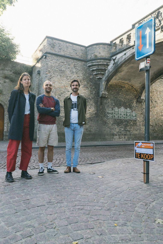 Eva Louf, Theo Vantomme en Elie Claeys van het collectief bij de Rijselpoort, die ook te koop staat.